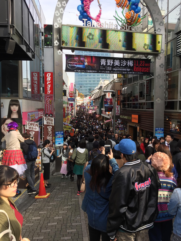 東京原宿竹下通り人込みで一杯ファッショントレンドヘアー洋服